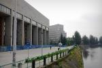 Brak drzew przed nowym gmachem Biblioteki UWr