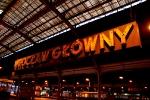 """Neon """"Wrocław Główny"""" na peronach dworca"""