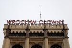 """Neon """"Wrocław Główny"""" na fasadzie frontowej budynku dworca"""